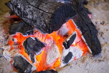 真っ赤に燃える炭火