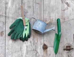 accessoires de jardin accrochés à une corde