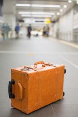 地下街に置いたスーツケース