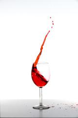 Rotwein mit Spritzer im Glas