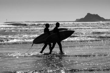 Silhouettes surfers