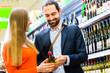 Paar wählt Wein im Supermarkt