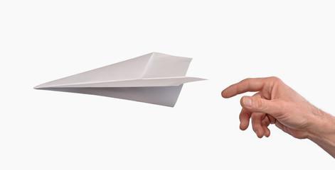 Mano lanzando un avion de papel.