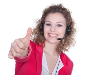 Junge sympathische Frau mit Headset zeigt Daumen hoch