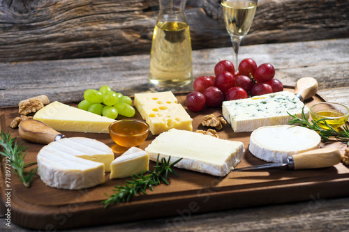 Plexiglas Zuivelproducten Various types of cheese