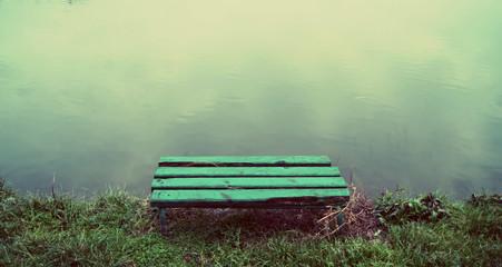 ławka nad wodą