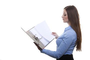 Angestellte nimmt Dokument aus der Akte