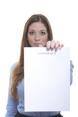 Frau zeigt Vertrag vor