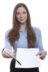 Angestellte hält Vertrag zur Unterschrift hin