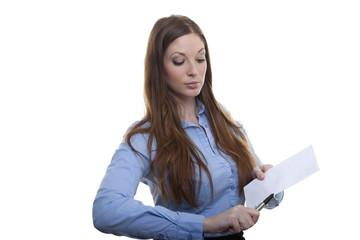 Weibliche Bürokraft öffnet Brief mit Kugelschreiber