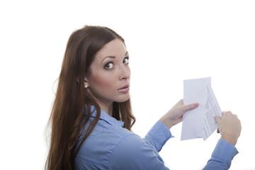 Frau nimmt Brief aus Briefumschlag
