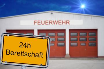 Feuerwehrdepot mit Schild - 24 Stunden Breitschaft