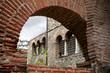 Греция. Салоники. Вид через арку церкви