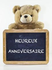 heureux anniversaire sur ardoise avec ours en peluche