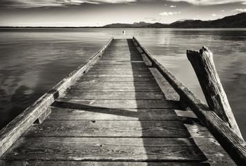 Fototapeta czarno biała molo nad jeziorem