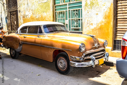 Tuinposter Vintage cars American and Soviet cars 1950 - 1960 from Havana.