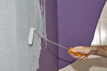 Farbrolle beim streichen einer Zimmerwand