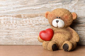 Kleiner Bär mit Herz unter dem Arm als Valentinstagsgruß mit F