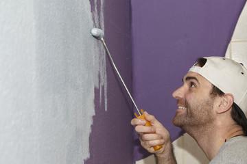 Handwerker beim Anstrich einer Wand