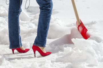 Donna spala la neve