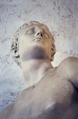 statua di marmo che guarda in alto