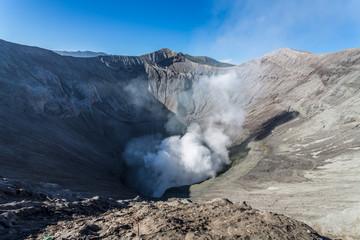 Cratère fumant du volcan Bromo à Java