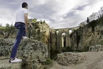 Puente Nuevo en Ronda, Málaga y hombre observando el paisaje.