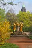 Mozartbrunnen Dresden mit Rathausturm