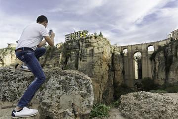 Hombre haciendo una foto en el Puente Nuevo de Ronda, Málaga