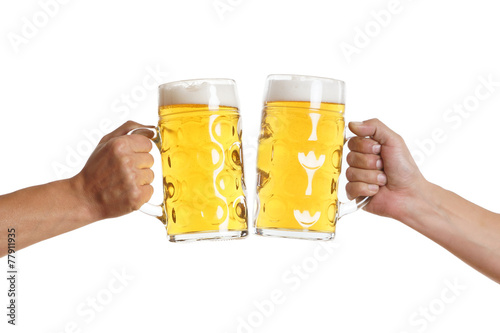 zwei Männerhände stoßen mit Bier an - 77911935