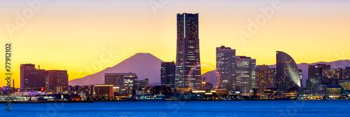 Fotobehang Japan Yokohama Minato Mirai Skyline mit Mount Fuji und Landmark Tower