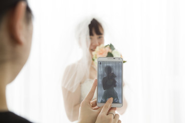 Women who have taken the bride in the smartphone