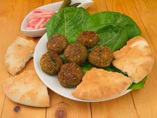 Falafel with romano salad and pikle