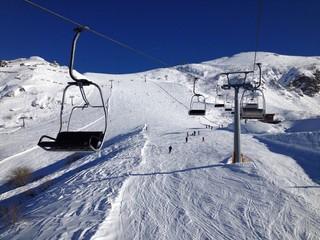 pista da sci con seggiovia