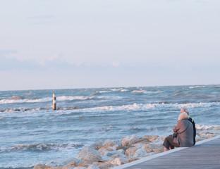 Coppia di anziani al mare d'inverno