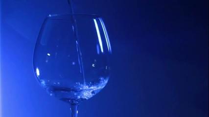 Vino versato nel bicchiere 03