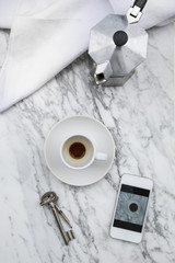 Kaffeetasse, Schlüssel, Smartphone und Kaffeekocher