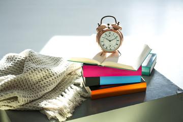 Bettlektüre, Wecker und Bücher
