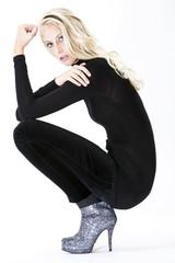 Junge modische Frau, Stiefelette, schwarze Hose