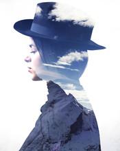 Podwójna ekspozycja Dziewczynka ma na sobie kapelusz i góry profilem