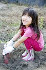 芋掘りをする女の子