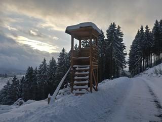 Jagdturm in den Bergen im Schnee