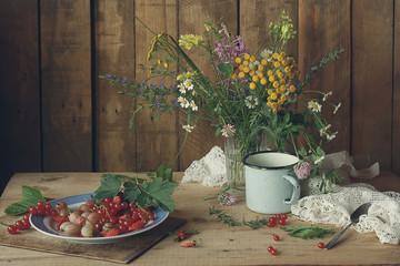 летний натюрморт с полевыми цветами и ягодами