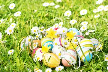 Bunte Ostereier auf Frühlingswiese