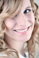 Blonde Frau lachend