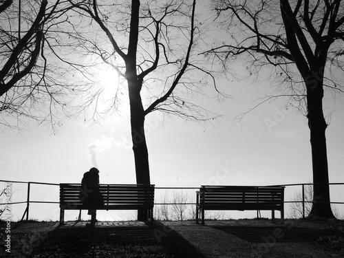 Leinwandbild Motiv Depression im Nebel allein auf der Bank