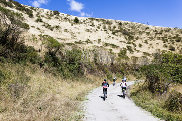 Grupo de personas en bicicleta en camino de monte