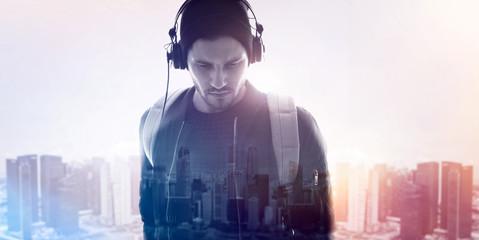 Junger mann vor urbanem Hintergrund