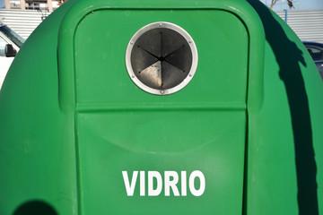 contenedor verde para el reciclaje de envases de cristal