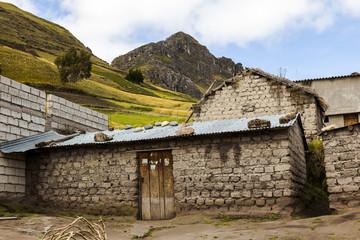 Casa de adobe y techo de zinc en Zumbahua, Ecuador
